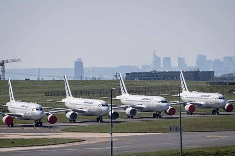 Air Francen koneita rivissä pariisilaisella Roissy-Charles de Gaullen lentokentällä 24. maaliskuuta.