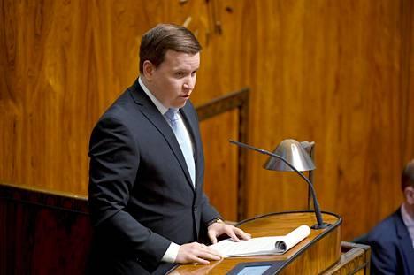 Perussuomalaisten eduskuntaryhmän puheenjohtaja Ville Tavio sanoo, että kansanedustajalla kynnys kommentoida pitäisi olla korkeammalla kuin rivikansalaisella.