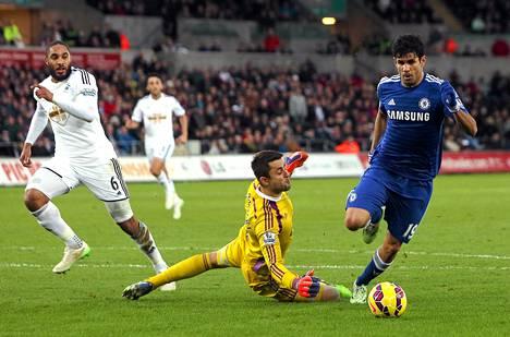 Chelsean brasilialaissyntyinen espanjalaishyökkääjä Diego Costa ohittaa Swansean maalivahdin Lukasz Fabianskin ja tekee toisen maalinsa.