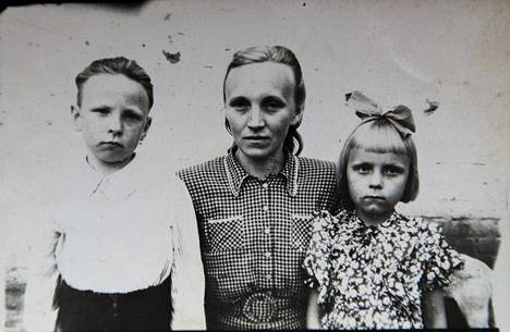 Asta Tikerpäe (o.s. Eenok) veljensä Arnon ja äitinsä Ellen Eenokin kanssa Siperiassa.