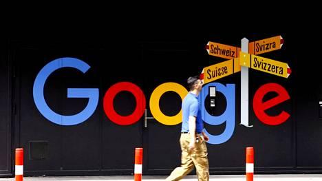Hakukone Googlen logo Alphabet-yhtiön toimistorakennuksen seinässä Sveitsin Zürichissa heinäkuussa 2020.