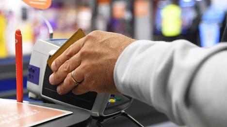 Maksukorttidata kertoo, että kuluttajien kertaostot ovat pienentyneet, ja kaupoissa käydään nyt useammin.