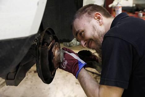 Automekaanikko Tomi Katela on töissä Atoy Autohuollossa, perheyrityksessä, jonka Herttoniemen korjaamopiste on arkisin auki iltayhteentoista.