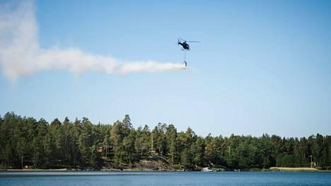 Kalkkikivirakeet levitettiin Kolkanlahteen helikopterilla.