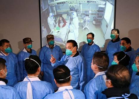 Kiinan pääministeri Li Keqiang (kesk.) tapasi Jinyintanin sairaalan työntekijöitä epidemian keskipisteessä Wuhanissa maanantaina.