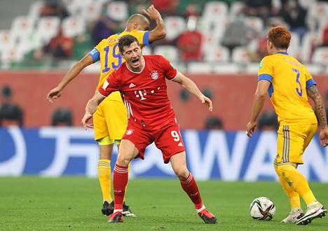 Bayern Münchenin tähtihyökkääjä Robert Lewandowski (kesk.) kamppaili Tigresin Guido Pizarroa ja Carlos Salcedoa vastaan.