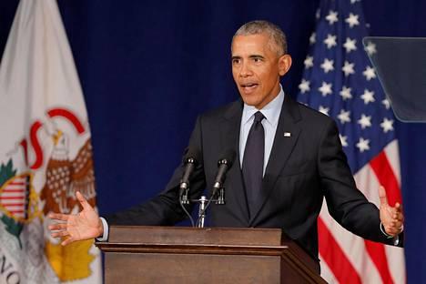 Yhdysvaltain entinen presidentti Barack Obama puhui välivaalein kampanjatilaisuudessa Illinoisin yliopistossa perjantaina.