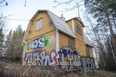 Villa Tallbon ulkoseinät on maalattu täyteen graffiteja.