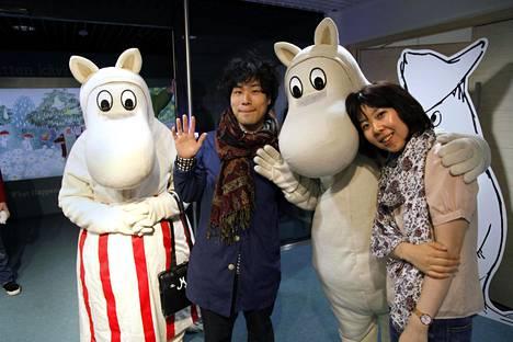 Yosuke Hirashima (vas.) ja Akiko Massubara ovat Muumi-faneja.