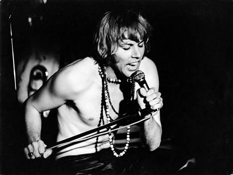 Danny Lipsanen oli ilmaantunut Suomen musiikkielämään vuonna 1964. 1960-luvun lopussa hän tuli tutuksi suurisuuntaisista esityksistään. Danny Show oli Suomessa käsite. Kuva vuodelta 1969.