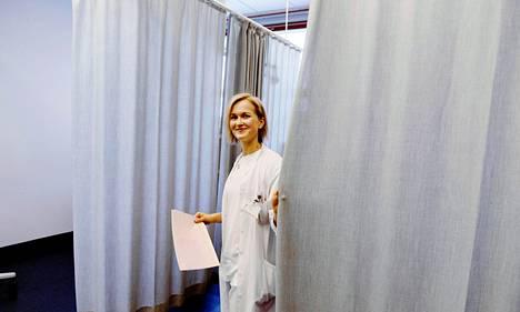 Anne Kerola työskentelee lääkärin sijaisena Meilahden kolmiosairaalassa.