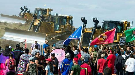 Mielenosoittajat uhmasivat maansiirtokoneita Standing Rock Sioux -reservaatissa syyskuussa.