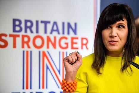 Kirjailija-aktivisti Catherine Mayer kuuluu naisten tasa-arvopuolueen perustajiin. Kuva on brexitin vastaisesta tilaisuudesta naistenpäivänä vuonna 2016.