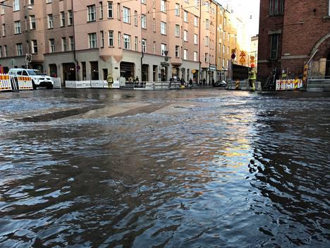 Hakaniemessä virtasi vettä kadulla huhtikuun alussa putkirikon takia.