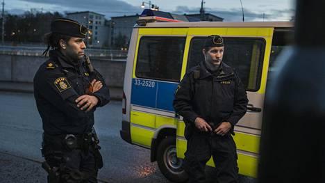 Tukholmalaispoliisit Jonatan Hernandez ja Martin Marmgren tekivät keskiviikkoiltana lähtöä Solnan poliisiasemalta Rinkebyn lähiöön. Illan päätavoite oli puuttua rikollisjengien väliseen väkivaltaan.