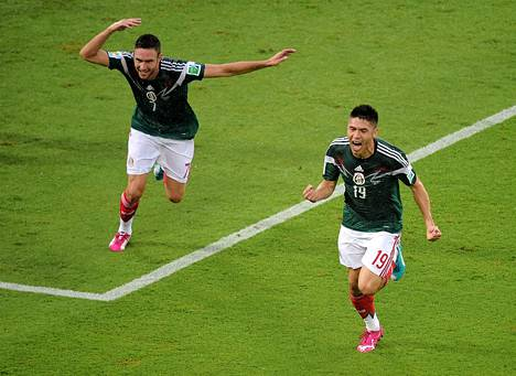 Meksikon voitomaalin tehnyt Oribe Peralta (oik) ja Miguel Layun juhlivat.