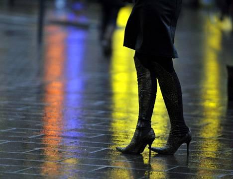 Oikeusministeriön työryhmä ehdotti raiskauspykälän muuttamista niin, että olennaista olisi vapaaehtoisuuden puute eikä väkivalta tai sen uhka, kuten nykyisin. Tämä merkitsisi muutosta myös seksin ostajalle.