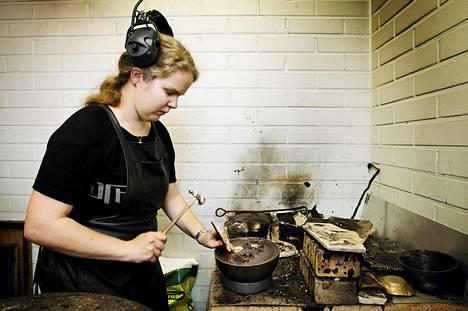 Koulutuskeskus Salpauksen Kultaseppä-linjan kolmannen vuoden opiskelija Taisia Väre pakottaa pikeen kiinnitettyä kultaa. Toisen asteen ammatillisen koulutuksen paikkoja aiotaan vähennetään lähes 7 500:lla vuoteen 2016 mennessä.