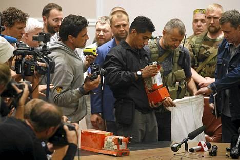 Malesialainen asiantuntija tutkii Malaysian Airlines MH17:n mustia laatikoita 22. heinäkuuta ennen niiden luovuttamista hollantilaisille.