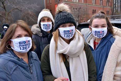 Joe Bidenin virkaanastujaisia seuraamaan kokoontuneilla nähtiin Bidenia ja Harrisia kannattavia kasvomaskeja.