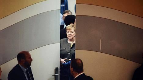 Saksan liittokansleri Angela Merkel odotti maanantai-iltana vuoroaan kristillisdemokraattisen CDU-puolueensa vaalitilaisuudessa Kasselissa. Hessenissä on osavaltiovaalit sunnuntaina.