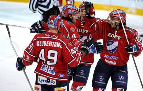 HIFK:n Joel Perrault (toinen vas.) viimeisteli 4–1-maalin ja sai onnittelut Kyle Klubertanzilta, Arttu Luttiselta ja Mathieu Perreault'lta.