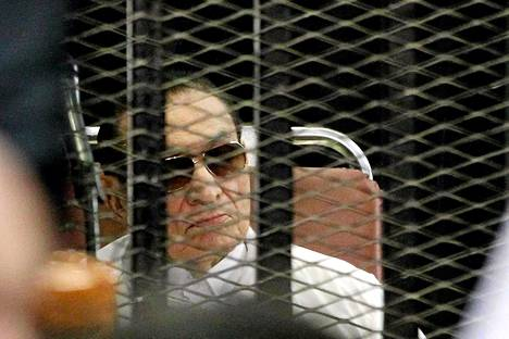 Hosni Mubarak oikeudessa Kairossa sunnuntaina.