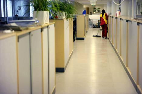 Siivooja pesi toimiston lattiaa lokakuussa 2015.