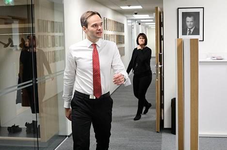 Sisäministeri Kai Mykkänen haluaa vähentää työperäisen maahanmuuton byrokratiaa. Taustalla ministerin sihteeri Jaana Söderman.