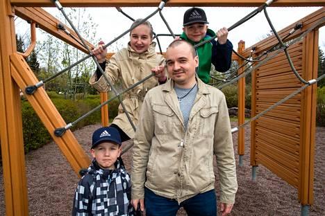 Ronja Väliheikki, 12, ja Matias Väliheikki, 9, aloittavat uudelleen koulun etäopetuksen jälkeen. Teemu Nevalaisen pienin lapsi Peetu Väliheikki, 5, on menossa esikouluun.