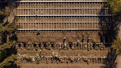 Valmiiksi kaivettuja hautoja Santiagon päähautausmaalla torstaina.