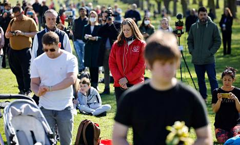 Ihmiset pitivät minuutin hiljaisuuden Prinssi Philipin muistolle Windsorissa.