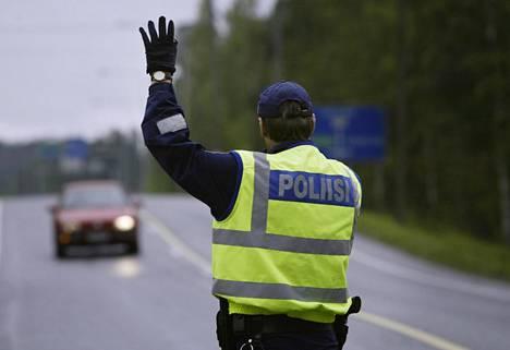 Poliisi saattaisi valvoa ulosmenoteillä, jos Uudeltamaalta poistuminen kiellettäisiin.