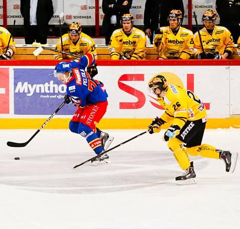 Jokerien Niko Peltola (vas.) kuljettaa, ja SaiPan Markku Flinck seuraa.