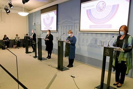 Hallitus piti tiistaina Helsingissä tiedotustilaisuuden sote-uudistuksesta. Puhumassa sisäministeri Maria Ohisalo (vasemmalla), perhe- ja peruspalveluministeri Krista Kiuru, tiede- ja kulttuuriministeri Annika Saarikko sekä kuntaministeri Sirpa Paatero.