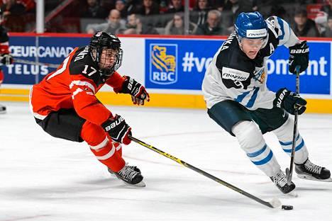 Kanadan Connor McDavid ja Suomen Julius Honka taistelevat kiekosta.