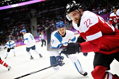 Olli Jokinen esitti pirteitä otteita avausottelussa Itävaltaa vastaan. Edessä