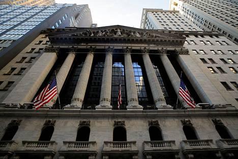 Wall Streetillä rikottiin uusia ennätyksiä maanantaina, kun Dow Jones ja S&P 300 -indeksit kipusivat uusiin ennätyslukemiin.