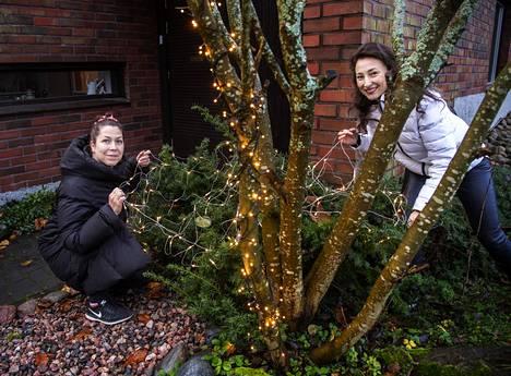 Jenni Katz-Miller (vas.) ja Regina Duzanskaja haluavat valoillaan tuoda iloa pimeyden keskelle.