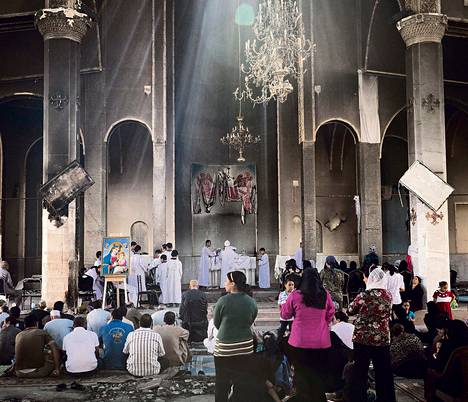 Isä Kirollos johti messua Pyhän Marian kirkossa Nazlassa Kairon lähellä viime sunnuntaina.