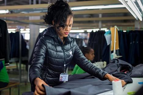 21-vuotias etiopialainen Fiyori Tewelde työskentelee laadunvalvojana korealaisen vaatevalmistaja Shintsin palveluksessa Addis Abebassa.