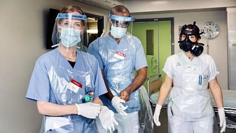 Lääkärit Ulrika Marking ja Jonatan Haile sekä sairaanhoitaja Laura Serna hoitavat koronaviruspotilaita Danderydin sairaalassa.