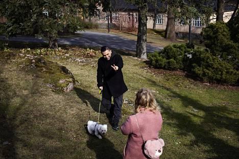 Kamal Palani Jafi kuvaa myös ulkona videoita. Usein hänen vaimonsa Anna Silverstén huolehtii kuvaamisesta.