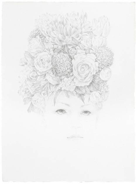 Anne Koskisen keveä piirrosjälki kätkee yllätyksen: teos In Need of a Guardian III (2017) on painettu kultakynällä paperille.