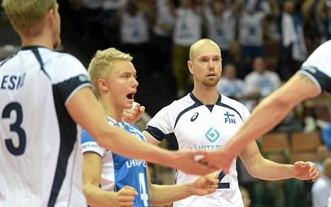 Mikko Esko (vas.), Lauri Kerminen ja Olli Kunnari juhlivat 3-0 voittoa Etelä-Koreasta.