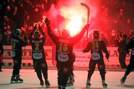 Kampparit juhlivat jääpallomesrtaruutta 3 700 katsojan edessä Mikkelissä.