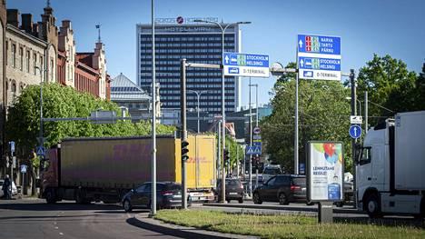 Matkustajalaivalta saapuneet rekat kulkevat satamasta Tallinnan keskustan kautta.