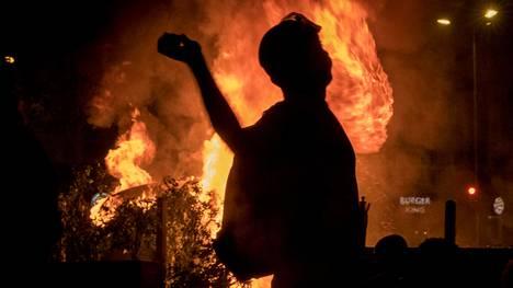 Mellakoijat heittivät polttopulloja poliisejakohti, ja poliisi vastasi ampumallakumiluoteja ja käyttämälläkyynelkaasua.