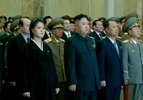 Pohjois-Korean diktaattori Kim jong-un ja hänen vaimonsa Ri Sol-ju osallistuivat maanantaina edesmenneen johtajan Kim Jong-ilin muistojuhlaan.
