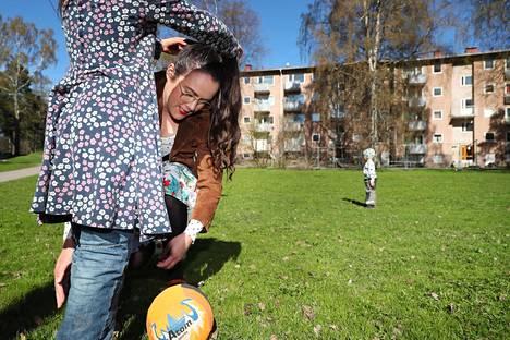 Lähiömutsi-blogia kirjoittava Hanne Valtari asuu perheineen Herttoniemessä Helsingissä.